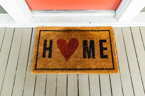 "Home doormat with a heart for the ""O"". Photo by Kelly Lacy from Pexels"